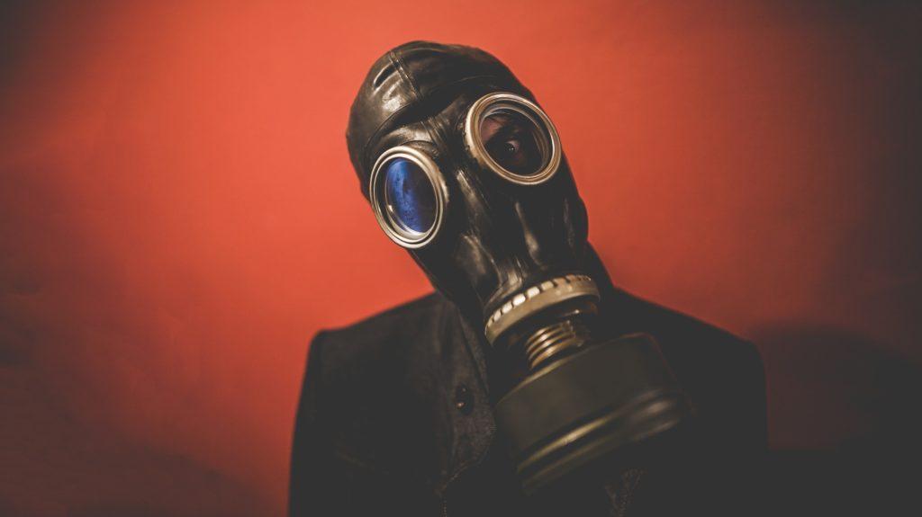 człowiek w masce gazowej