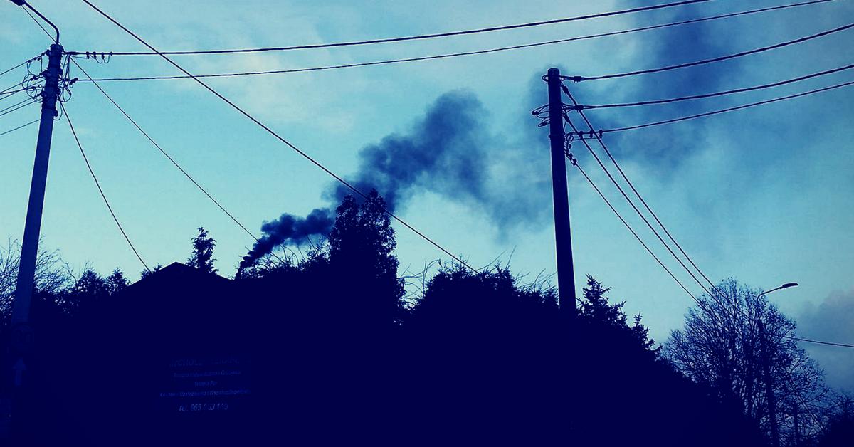 czarny dym z komina, smog w Polsce