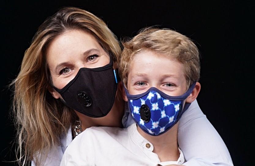 ludzie w maskach antysmogowych