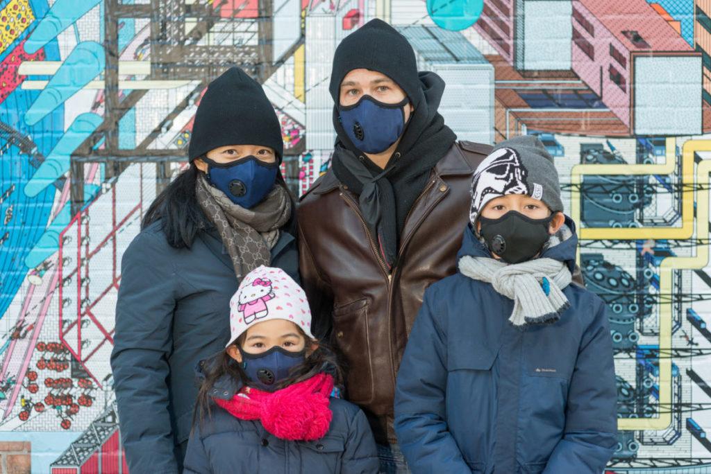 rodzina w maskach antysmogowych cambridge