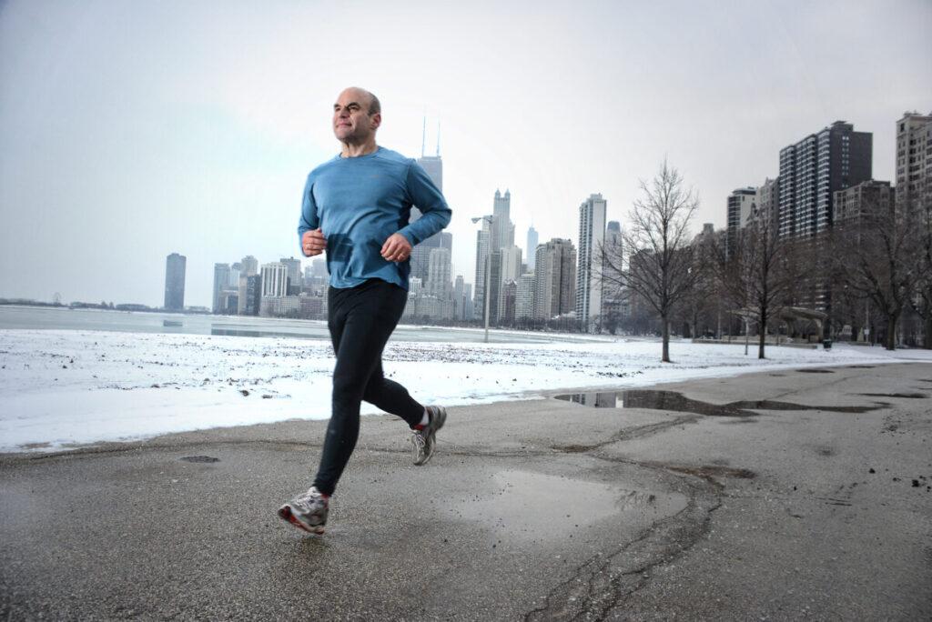 mężczyzna biegający zimą