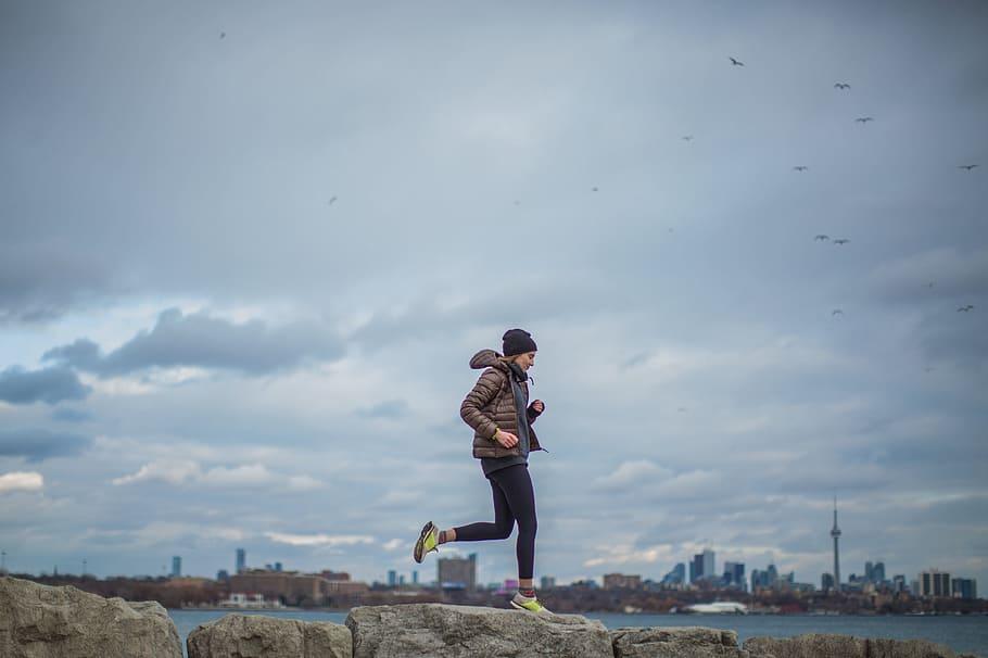 kobieta biegająca zimą